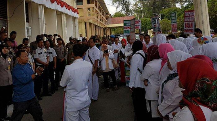 Demonstran Menyampaikan Orasi diluar Gedung DPRK Langsa (Photo Serambinews.com)