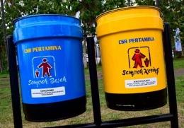 Tong sampah organik dan anongarnik dari Pertamina. Bantuan 50 tong sampah dan pemotong rumput ini disebar di beberapa titik di Pantai Grand Watu Dodol dan Pantai Cemara.