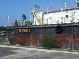 Salah satu bagian luar kapal yang tidak dicat ulang, dibiarkan terlihat kusam agar tetap menunjukkan keaslian warna cat kapal tersebut saat diterjang tsunami (foto dok pri).
