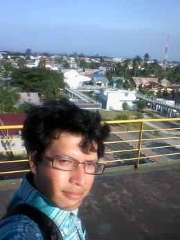 Saat saya menikmati sebagian kota Banda Aceh hingga deretan Bukit Barisan dari atas kapal tsunami PLTD apung (foto dok pri).