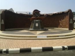 Monumen peringatan Relief Tsunami PLTD, berisi nama-nama korban, tanggal dan waktu musibah (foto dok pri).