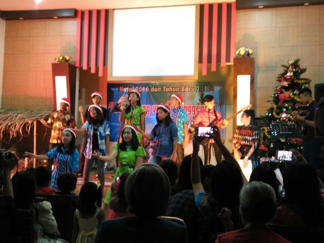 Beberapa remaja sekaligus murid Sekolah Minggu GBI Karunia Kediri menyanyi, menari dan memainkan musik bersama saat Natal 2016 (dokpri)