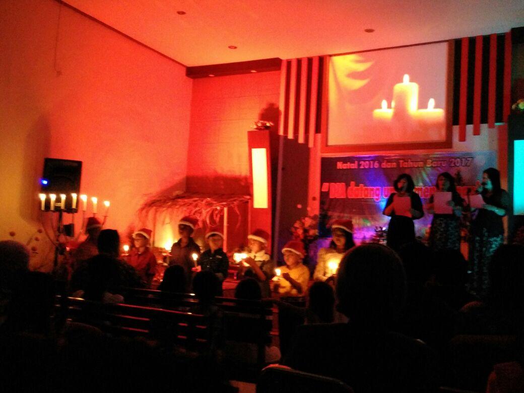 Prosesi penyalaan lilin yang melibatkan anak-anak Sekolah Minggu, diiringi lagu