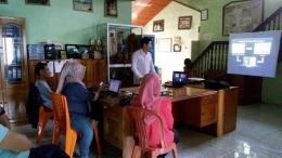 Saat Margie Surahman, Mahasiswa FMIPA Universitas Tanjungpura mempresentasi hasil penelitian skripsinya tentang Katak di Stasiun Penelitian Cabang Panti (SPCP) Kalimantan Barat. Foto dok. Mayi, Yayasan Palung