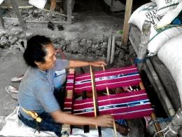 Mama desa sedang menenun kain Tanimbar