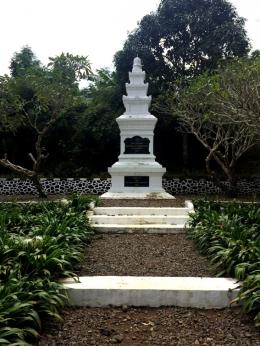 Monumen ini dibangun pada tahun 1926, 19 tahun lebih awal dari makam (Foto: Diella Dachlan)