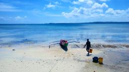 Nelayan sedang bersiap mengambil hasil tangkapan semalam (Dokumentasi Pribadi)
