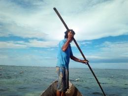 Om Kui sedang memeriksa long line rumput laut (Dokumentasi Pribadi)