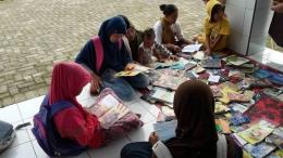 Dikerubuti anak- anak yang haus bacaan (foto: dok pri)