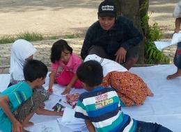Anak- anak belajar menggambar di lapak Robi (foto: dok pri)
