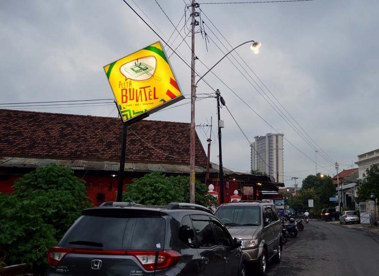 Ket foto. Plang Warung Pasta Buntel yang tidak terlalu besar sebagai petunjuk lokasi || Koleksi Pribadi.