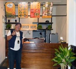 Ket foto. Counter pemesanan. Begitu tiba pengunjung langsung di giring ke counter untuk memesan sesuai pilihan dan selera. Koleksi pribadi.