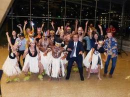 Pihak KJRI di Houston bersama para penari (sumber : www.kemlu.go.id)