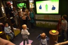 Arena simulasi tarian cenderawasih jantan yang diminati pengunjung terutama anak-anak (dokumentasi pribadi)