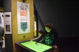 Antusiasme anak-anak mencoba permainan pohon evolusi (dokumentasi pribadi)