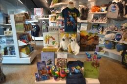 Buku dan merchandise bertema burung birds of paradise (dokumentasi pribadi)