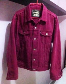 Jaket jeans merah yang telah berusia 20 tahun. (Foto: BDHS)