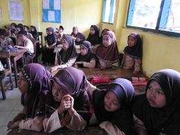Para siswa yang sangat antusias mendengarkan dongeng/cerita|Dokumentasi Bugi Sumirat