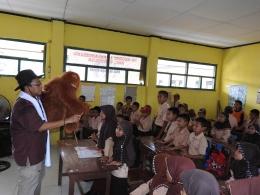 Pak Bugi dan si Otan sedang beraksi di hadapan para siswa| Dokumentasi Bugi Sumirat