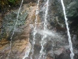 Sumber mata air panas dari sela-sela batu
