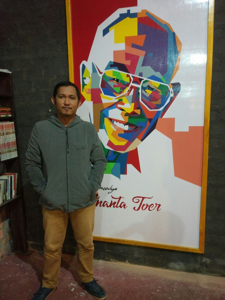 Saat berfoto didepan lukisan sastrawan Pramoedya Ananta Toer di Warung Kopi Bin Laden Tarakan (dokumentasi pribadi)
