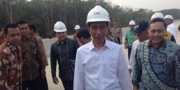 Presiden Joko Widodo saat meninjau pembuatan jalan Trans Sumatera di Lampung. (foto: Arimbi Ramadhiani / Kompas)