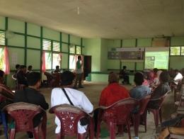 Penjelasan dari pemateri tentang agroforestri karet. Foto dok. Yayasan Palung