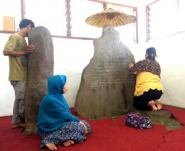Pengunjung di Prasasti Batutulis