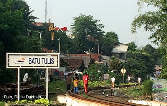 Stasiun Batutulis konon didirikan tepat pada sudut parit Pakuan