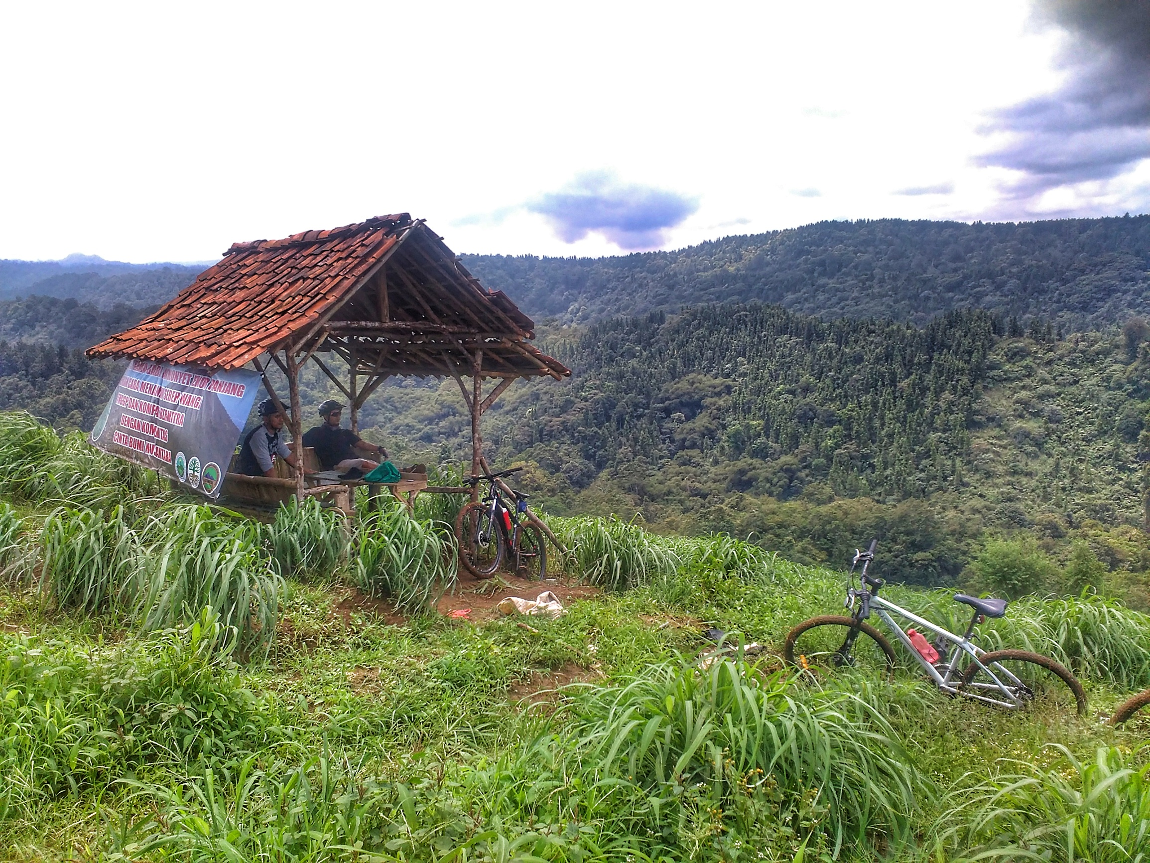 saung di bibir bukit milik petani setempat