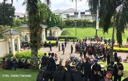 Diskusi berlangsung di depan pagar perumahan Rancamaya (7/5/17)