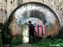 Di bawah rel kereta api dekat stasiun Batutulis menuju Jalan Sekip Lawanggintung