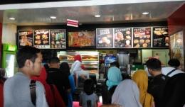 Antrian di Depan Kasih KFC (Sumber: Dokpri)
