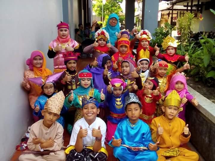 Anak-anak melukiskan kebhinnekaan Indonesia