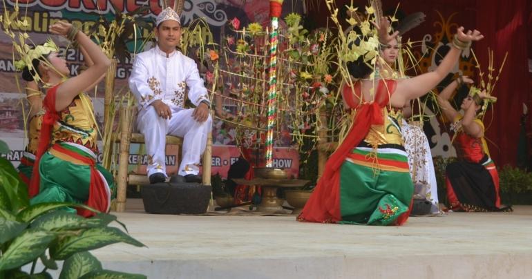 Para Belian penari Dayak Ma'anyan sedang melakukan tarian pada prosesi perkawinan (Dokumentasi Pribadi)