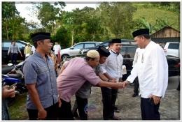 Sejumlah Kepala Desa di Kecamatan Sinoa berebut bersalaman Bupati Bantaeng sebelum acara Buka Puasa Bersama (10/06).