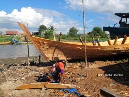 Ilustrasi foto: Pembuat perahu di muara Sungai Cibanten, Serang, Banten