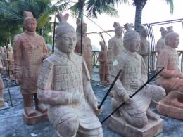 Patung tentara China di Pantai Tongaci. Dokumentasi pribadi