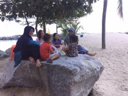 Buka puasa bersama di atas batu besar di Pantai Tongaci. Dokumentasi pribadi