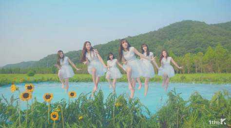 sumber : https://koreanindo.net/2017/08/03/gfriend-alami-memar-karena-koreografi-yang-sulit-untuk-love-whisper/