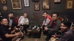 Foto: Suasana santai saat ngopi bersama Mas Iskandar (Presiden Kompasiana) dan Pak Tejo (Ketua Adat Sekolah Literasi Gratis (SLG) Ponorogo)
