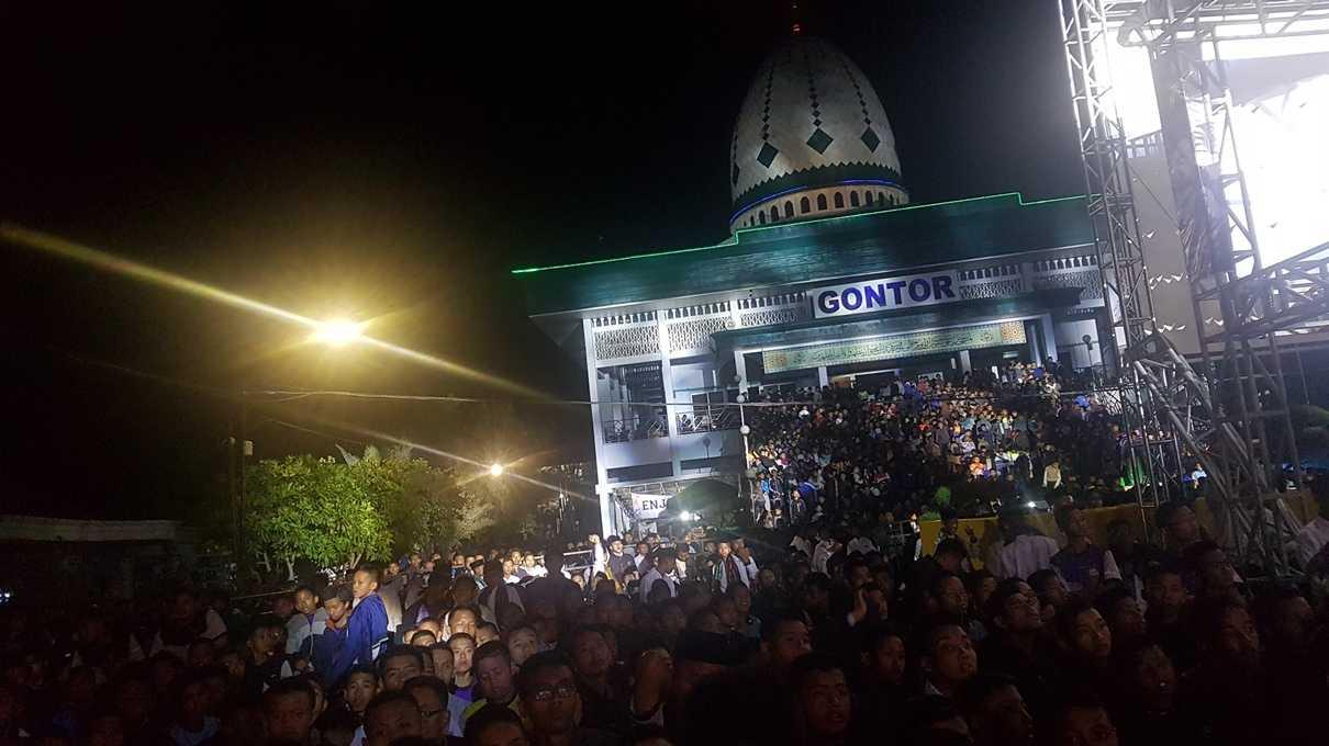 Ribuan santri memadati semua areal di depan panggung, sampai ke tangga masjid. (@iskandarjet)
