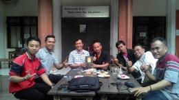 Foto: Suasana asik saat marung di coffee pustaka Malang.