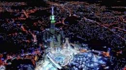 """Zamzam Tower, yang disebut juga """"The Mecca Clock Tower"""", terlihat menjulang sehingga pada malam hari pun jelas terlihat [Sumber gambar: www.islamicfinder.info]"""