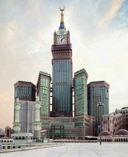 Zamzam Tower di kompleks Abraj Al Bait tempat Mall Abraj dan hotel-hotel berbintang 5. Karena tinggi, bisa dijadikan 'patokan arah'. [Sumber gambar: alshaumroh.com]