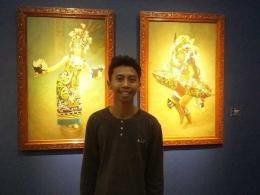 Berfoto di depan buah lukisan yang dipamerkan (dokpri)