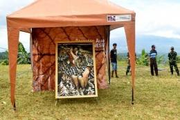 Salah satu tenda yang memajang lukisan karya Bahar Malaka di Lapangan Bumi Perkemahan Buana Mekar, Sumedang. (Sumber foto: Biotic Sadulur)