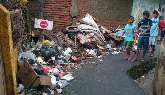 Tumpukan sampah di Kampung Pulo. Source: Eka Permadi