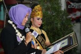 Lia Mutisari sebagai adjudicator RHR saat mengumumkan pemberian penghargaan  Kepada peserta dari indonesia yang mendapat rekor dunia  (sumber foto: RHR)