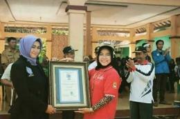 Lia Mutisari sebagai adjudicator RHR saat menyerahkan penghargaan  Rekor dunia kepada salah seorang peserta dari indonesia  (sumber foto: RHR)